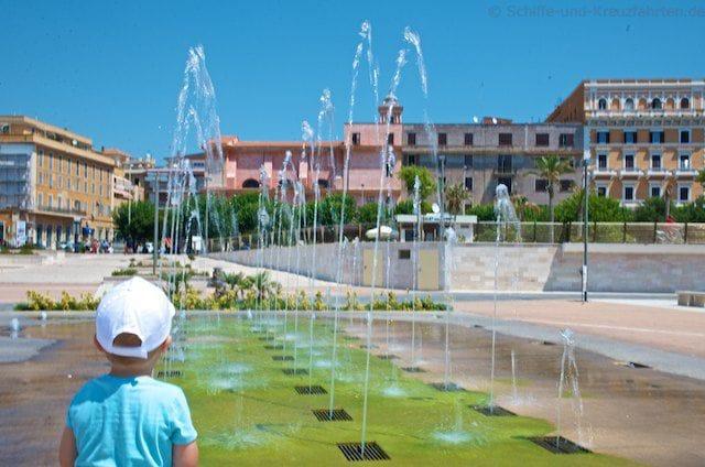 Wasserfontänen an der Strandpromenade in Civitavecchia