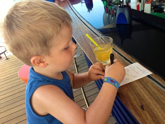 Julian unterschreibt Beleg an der Anytime-Bar