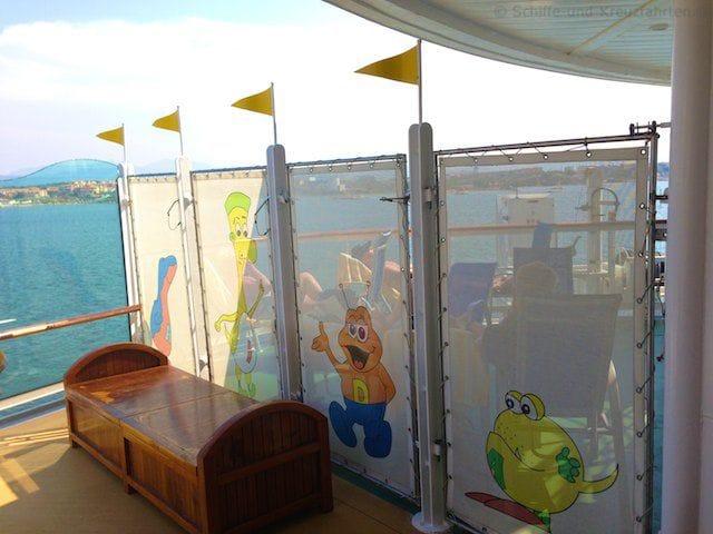 Sonnenbadende Gäste vor dem Eingang des Kidsclubs