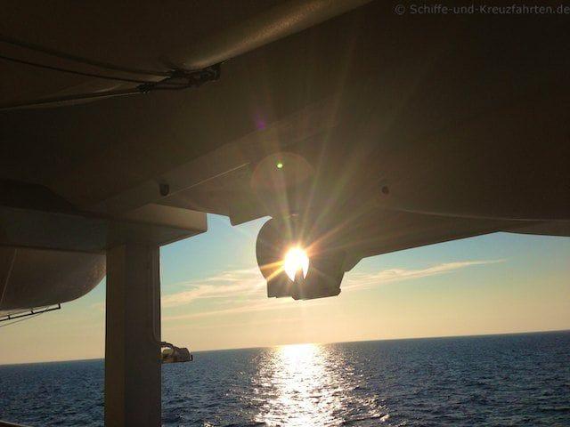 Sonnenuntergang auf der AIDAvita - Sonne im Propellerschacht