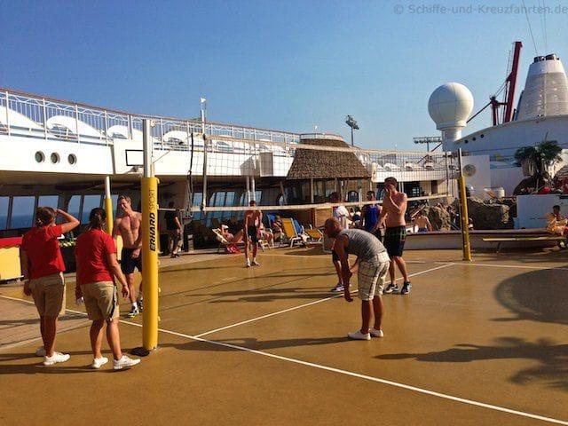 Volleyball auf dem Pooldeck von AIDAvita