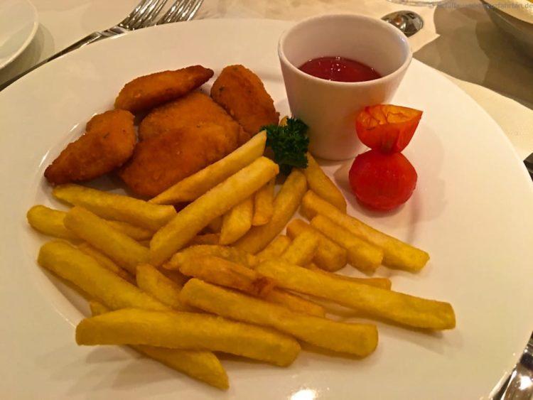 Chicken Nuggets mit Pommes Frittes von der AIDAprima Kinderspeisekarte