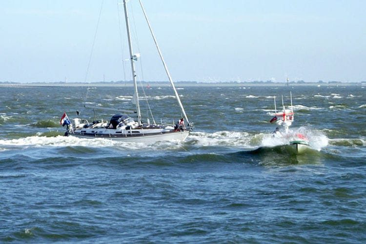 Das Tochterboot des Seenotrettungskreuzers BERNHARD GRUBEN hat eine Schleppleine zum Havaristen gebracht, der stark gefährdet in der Brandungszone liegt. / © DGzRS