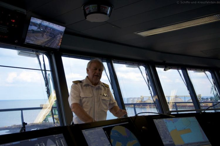 Kapitän Kljell Holm auf der Brücke der Mein Schiff 5