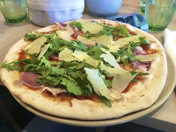 Pizza mit Parmaschinken und Rucola - Mein Schiff Osteria