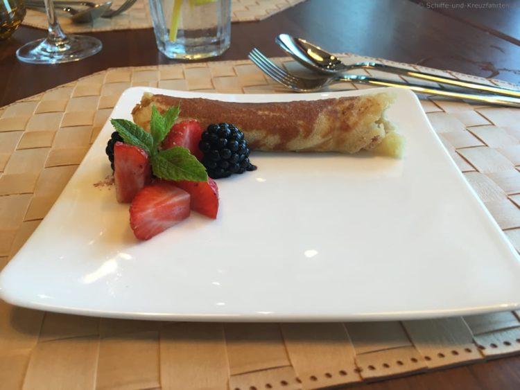 Pfannkuchen mit Apfelkompott von der AIDAprima Kinderspeisekarte (Buffalo Steakhouse)