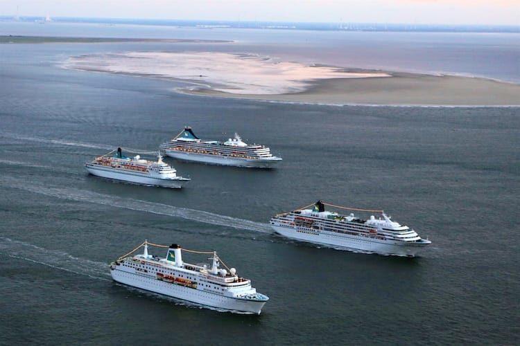 MS Albatros, MS Artania, MS Amadea und MS Deutschland von Phoenix Reisen beim Vierfachanlauf in Bremerhaven am 31.07.2016 / © Phoenix Reisen