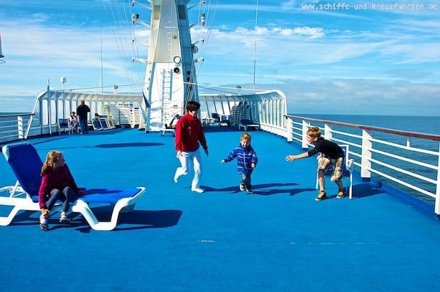 Crewmitglieder spielen mit den Kids auf dem Freideck der Princess Daphne