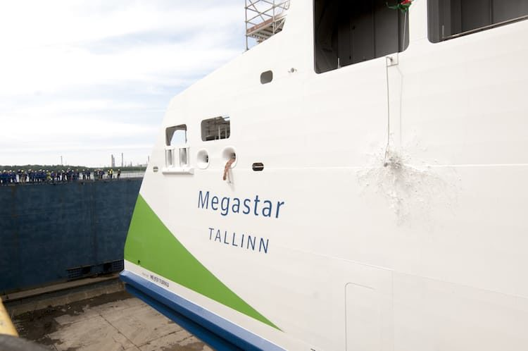 Die Champagner-Flasche zerschellt an der Tallink Megastar - der frischgetauften Schnellfähre / © Tallink Silja