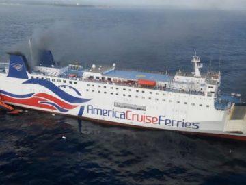 Rauchwolken über dem Schiff - die Gäste wurden über Rettungsrutschen evakuiert / © Police Puerto Rico