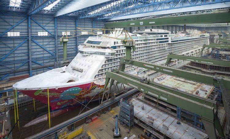 Ausdocken der Genting Dream: Noch steht sie in der Baudockhalle / © Meyer Werft