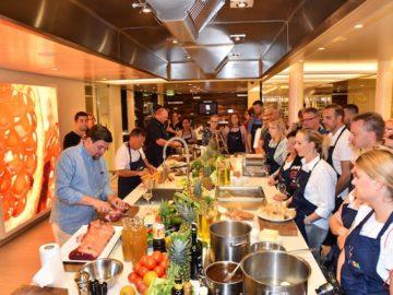 Tim Mälzer kocht regelmäßig mit Gästen in der AIDAprima Kochschule auf der Metropolentour / © AIDA Cruises