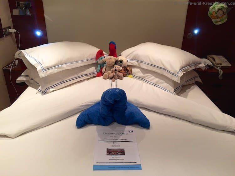 Julians Kuscheltiere und ein Handtuchtier im Bett