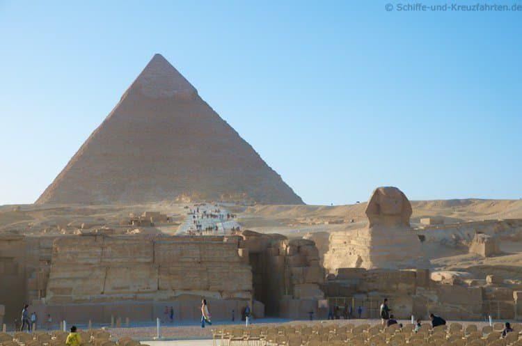 Die Sphinx mit der Chephren Pyramide im Hintergrund