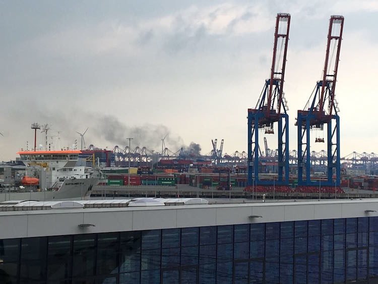 Rauchwolke im Hamburger Hafen