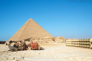 chephren-pyramide-mit-kamelen