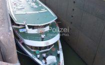 Fahrgastschiff mit 200 Menschen in Schleuse gefangen