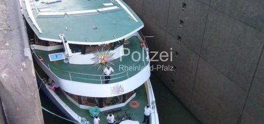 Flusskreuzfahrtschiff in Schleusenkammer gefangen / © Wasserschutzpolizei Rheinland Pfalz