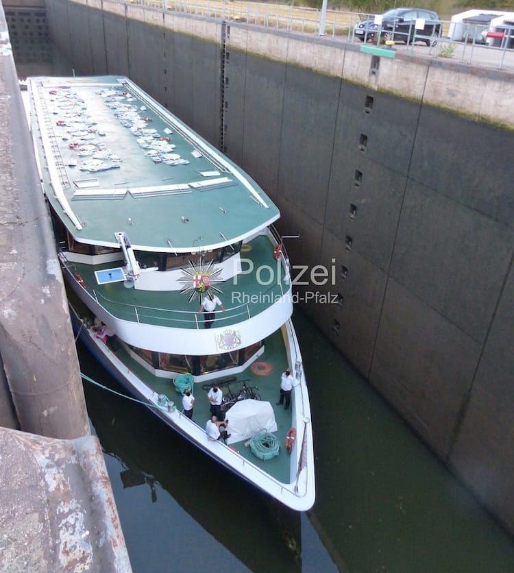 Flusskreuzfahrtschiff in Schleusenkammer gefangen / © Wasserschutzpolizei Trier
