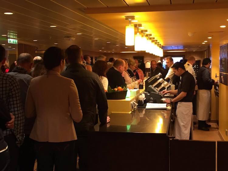 Die erste Runde Starbucks Kaffee gab es kostenfrei an Bord der AIDAprima / © Sascha Meyer