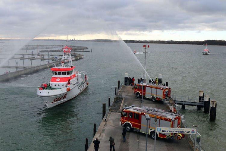 """Die """"Berlin"""" wird von den Feuerlöschbooten in Kiel empfangen / © DGzRS"""