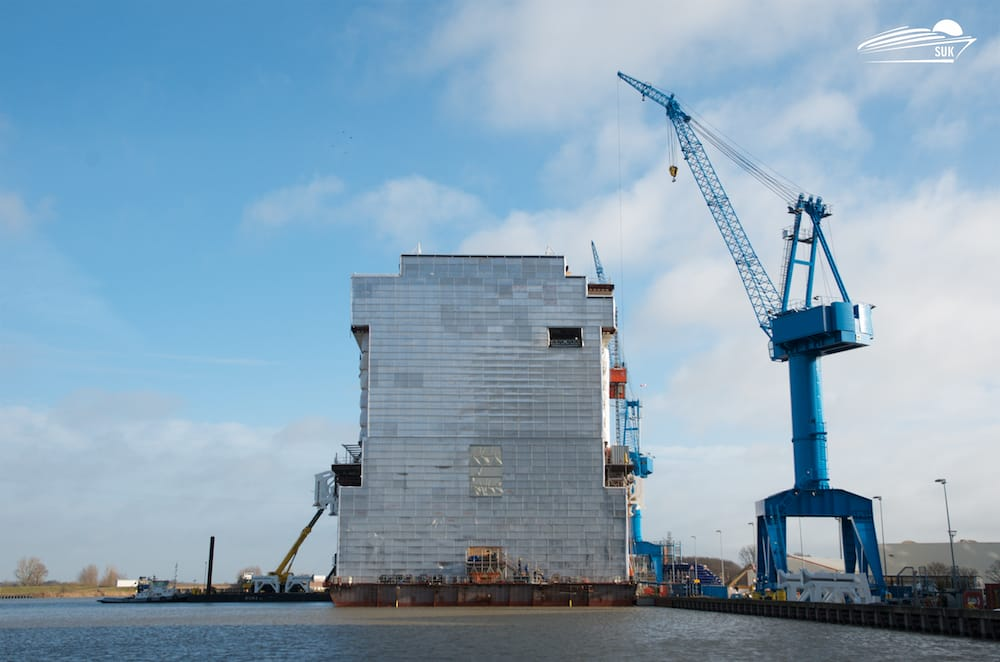 Die erste schwimmende Sektion der World Dream im Werftbecken der Meyer Werft