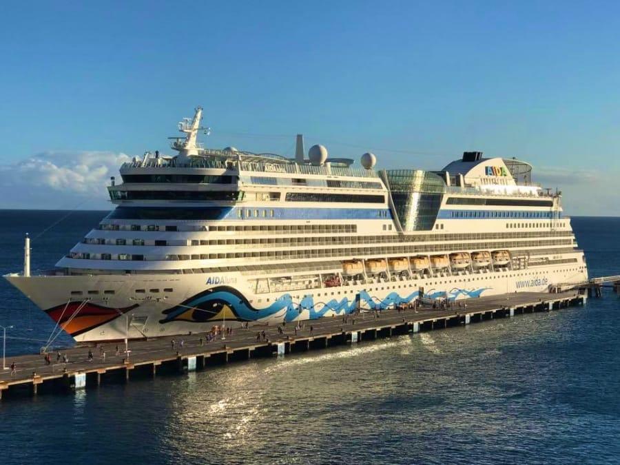 AIDAluna im Hafen von Philipsburg (2050 Passagiere)