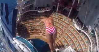 Carlton springt 17 Meter in die TIefe im Aqua Theater auf der Harmony of the Seas / © Youtube