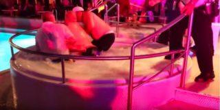 Hier liegt der Unruhestifter mit dem Security-Chef im Whirlpool der Norwegian Sky / © Youtube User: altT