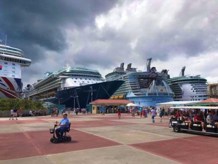 Kreuzfahrtschiffe auf St.Maarten im Hafen von Philipsburg: Harmony of the Seas, Freedom of the Seas, TUI Discovery, P&O Brittania, Celebrity Summit und AIDAluna