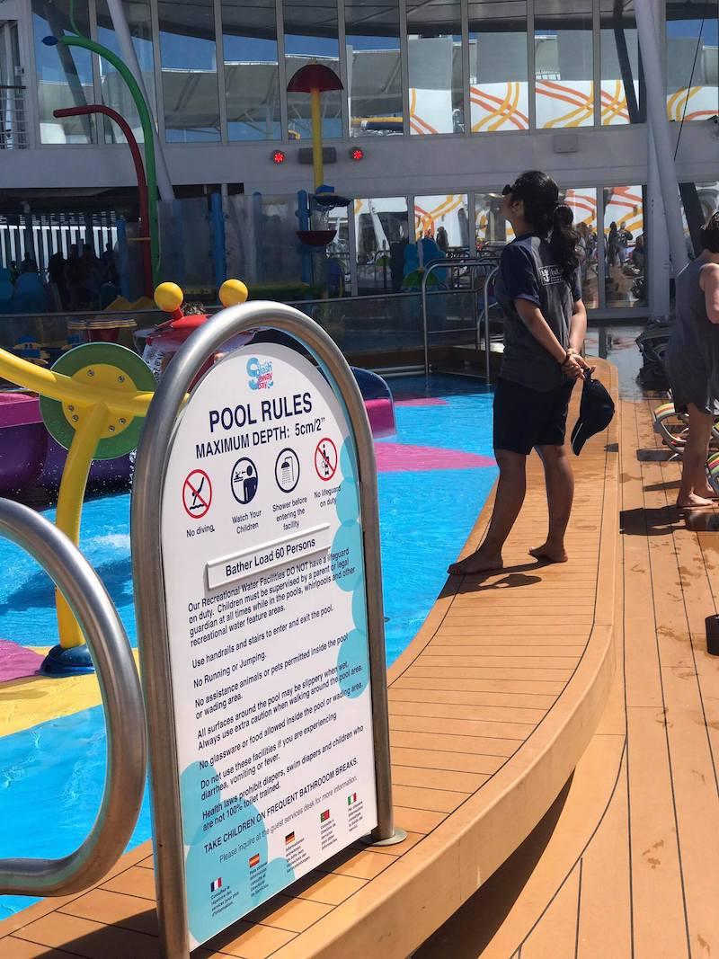 Rettungschwimmerin am Rand des Spielbereich der Kinder