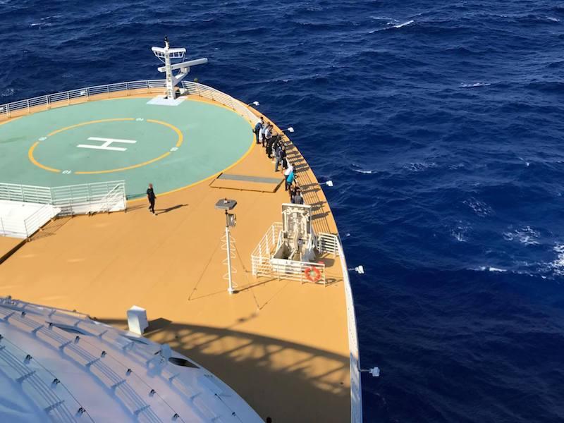 Die Crew bereitet sich am Bug auf die Rettung der Havaristen vor