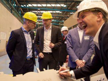 Felix Eichhorn, President von AIDA Cruises unterzeichnet die Silhouette der neuen AIDA Generation aus Stahl