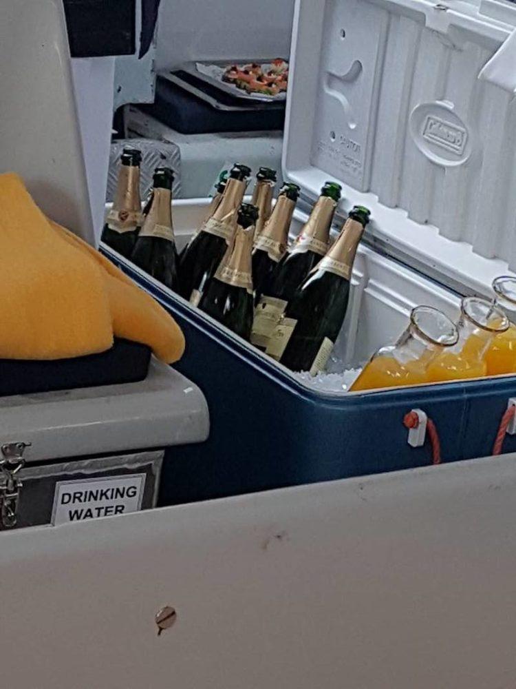Champagner im Tenderboot für den Ausflug