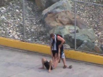 Ein Passagier der Norwegian Jewel ist dermaßen betrunken, dass er vom Personal mit einem Rollstuhl an Bord geholt werden muss / © Youtube (User: Neurocat2k)