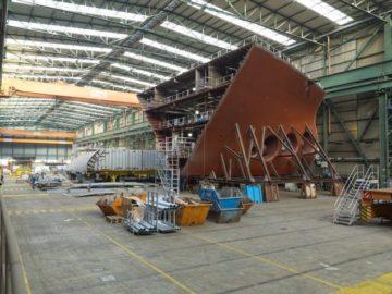 Schiffsteile am Fließband - Neue Fließbautechnik bei der Meyer Werft mit der EMS Schiffsbau GmbH / © Meyer Werft