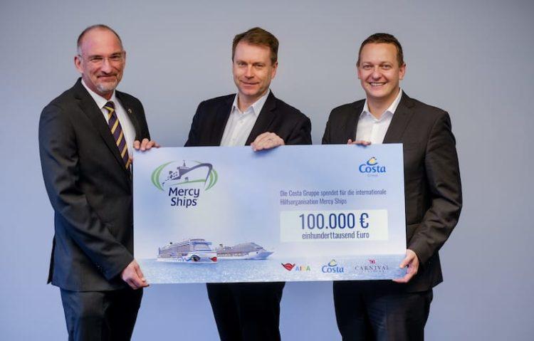 AIDA und Costa kooperieren mit Mercy Ships und überaben direkt einen 100.000 Euro Spendenscheck / © AIDA Cruises