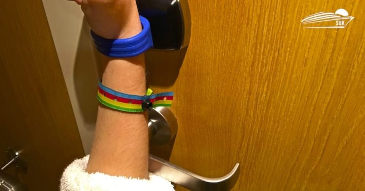 Das Armband hält man einfach an die Kabinentür - analog zur Bordkarte