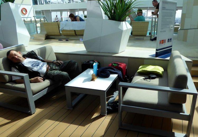 Mittagsschlaf im Hallenbad auf der Mein Schiff 3