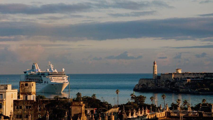 Empress of the Seas bei ihrem Erstanlauf in Kuba / © RCI
