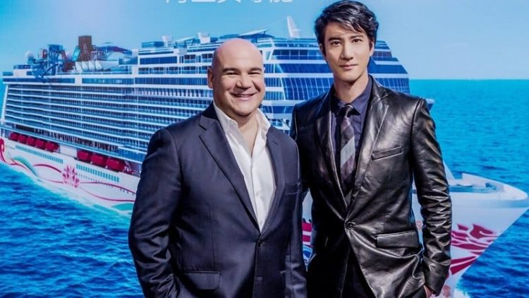 Davi Herrera, zuständig für NCL China und Wang Leehom, freuen sich auf die Taufe der Norwegian Joy in China. / © Norwegian Cruise Line