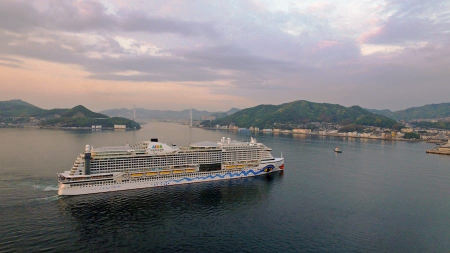 AIDAperla hat am 3.Mai 2017 die Werft in Nagasaki verlassen und bricht auf in Richtung Palma de Mallorca / © AIDA Cruises