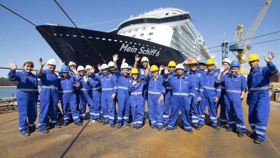 Die Crew ist auf der Mein Schiff 6 in Turku angekommen / © TUI Cruises