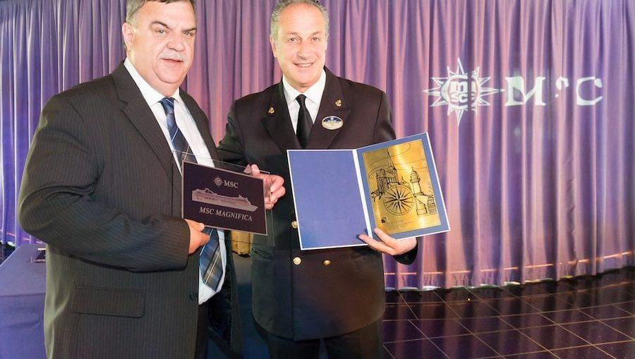 Hafenkapitän Gisbert Ruhnke (links) und Francesco Saverio Veniero, Kapitän der MSC Magnifica, bei der offiziellen Plakettenübergabe / © MSC Kreuzfahrten
