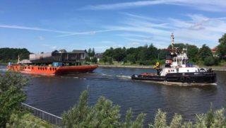Erste Sektionen der AIDAnova auf dem Nordostsee-Kanal. Die Maschinenraumteile sind auf dem Weg von Emden nach Rostock / © Behling