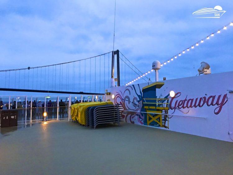 Norwegian Getaway passiert Große Belt Brücke in Dänemark