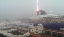 Video: Blitzeinschlag auf Kreuzfahrtschiff