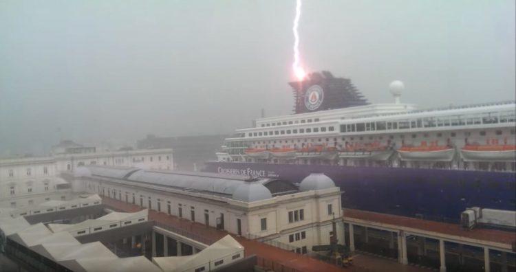 Blitz schlägt in Kreuzfahrtschiff ein / © Youtube - Bruno Cruz