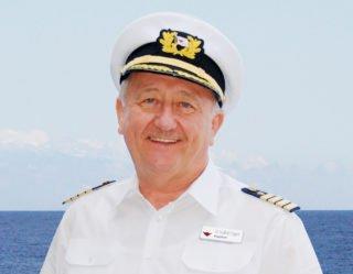 Der Doktor-Ingenieur für Schiffsführung verfügt seit mehr als 40 Jahren über das große Kapitänspatent und ist ein Mann der ersten Stunde bei AIDA