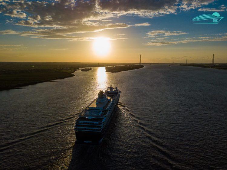 Video: Mein Schiff 1 Luftaufnahmen auf der Elbe (Droneshots)